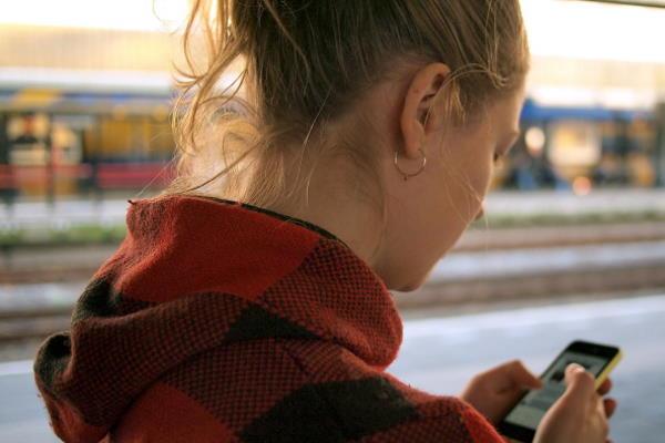 Možete li istovremeno tipkati poruke i hodati cestom?!